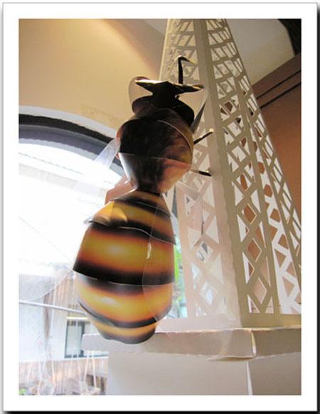 很特別的紙蜜蜂停在鐵塔上