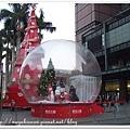 水晶球旁邊還有聖誕樹