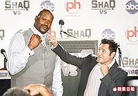 退役拳擊手迪拉霍亞(右)和歐肥在記者會上套招.jpg