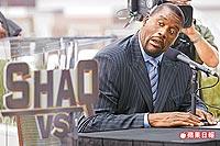 愛搞笑的籃球超級中鋒歐尼爾,挑戰各運動領域的頂尖運動員,叫好又叫座。法新社.jpg