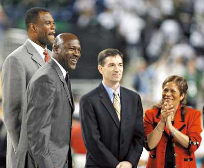 羅賓森(左起)、 喬丹、史托克頓、史特林格,將在11日正式晉陞籃球名人堂。這是他們4月間,入選名人堂的消息宣布後,在底特律的大學男籃「最後四強」的檔案照。 美聯社.jpg