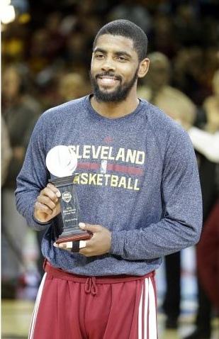 NBA即時比分/Irving笑開懷 獲頒年度最佳籃球員