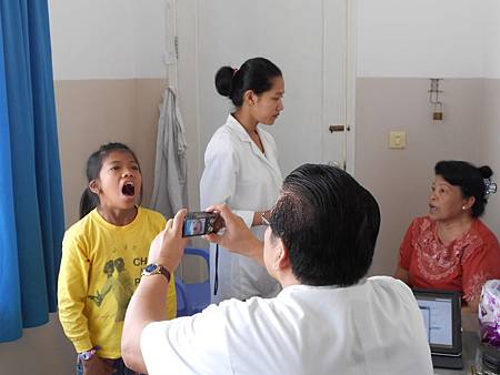 Vanna醫師替病人拍照