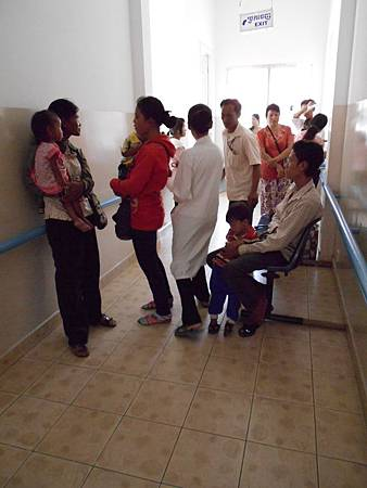 長廊上等待看診的病人