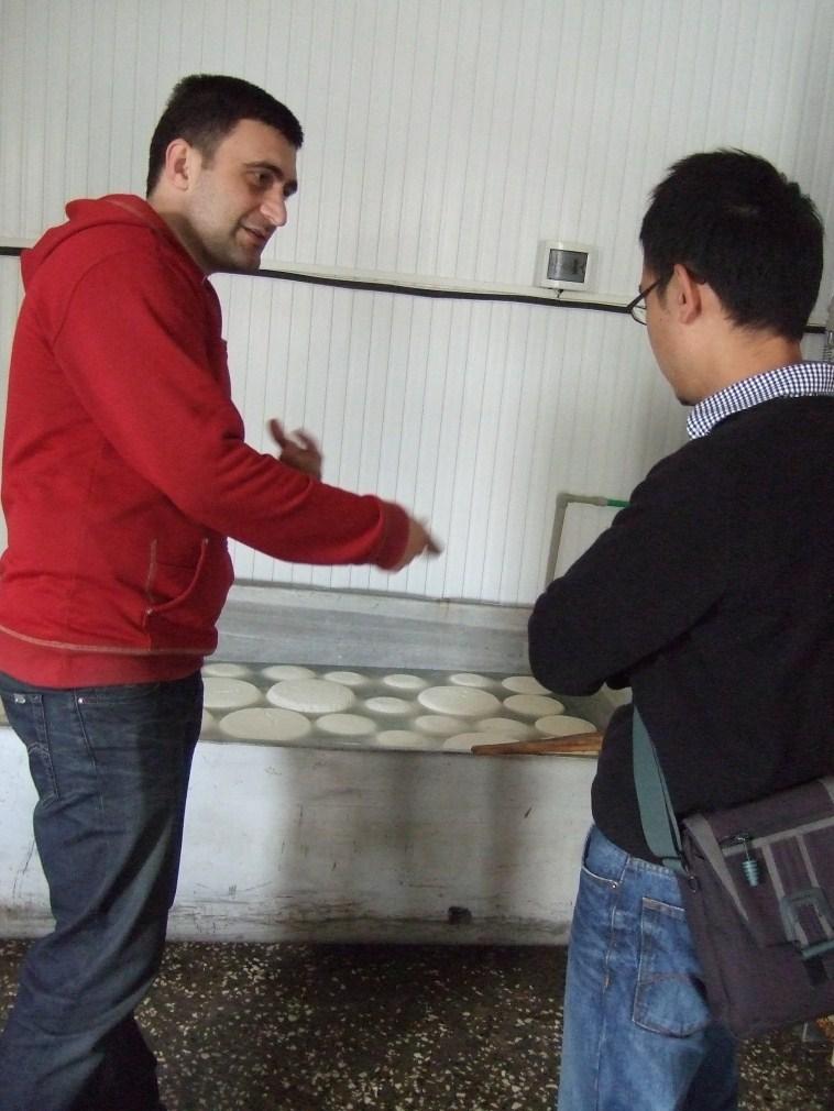 美慈工作人員介紹乳酪儲存設備
