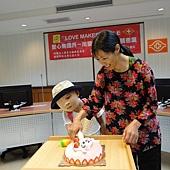 楊小妹與楊媽一起切蛋糕
