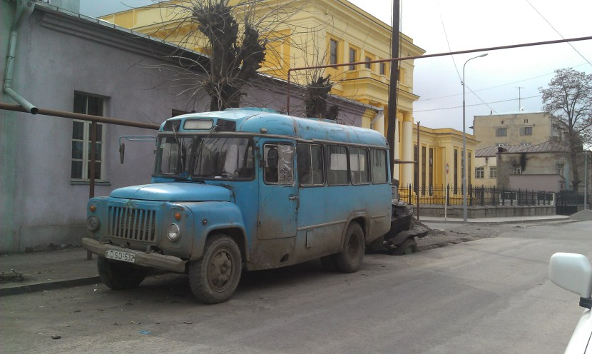 街道旁的俄式汽車