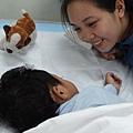 媽媽看見孩子的裂縫得以修補 滿足開心的笑容