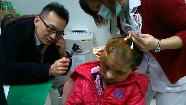 陳潤茺醫師(左)評估雲盈耳道發炎狀況