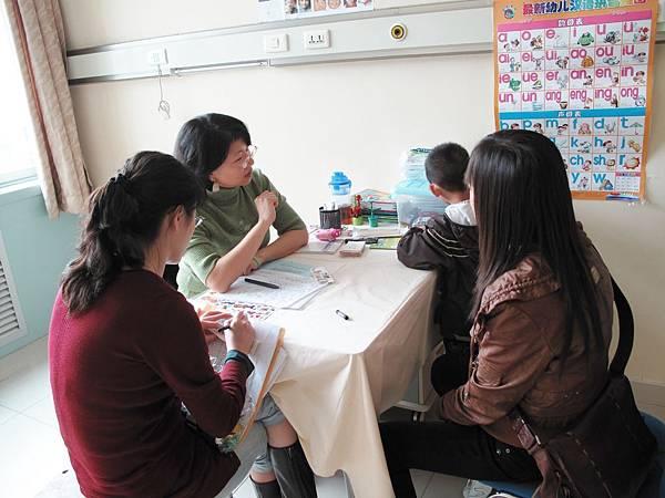 雲老師(左一)示範語言評估 馬思維(左二)