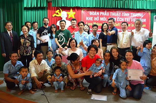 26位越南患者及其家屬與台灣用愛彌補醫療團、胡志明市口腔醫院、SAPP(貧苦病人救助協會)、駐胡志明市台北經濟文化辦事處、勇源教育發展基金會感恩茶會大合照