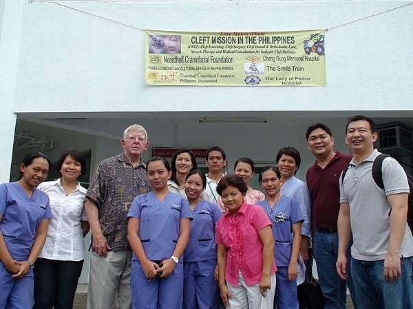 菲-羅爺爺(左三)與菲律賓團隊合照