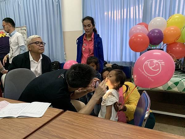 吳政君醫師正在幫小朋友回診檢查