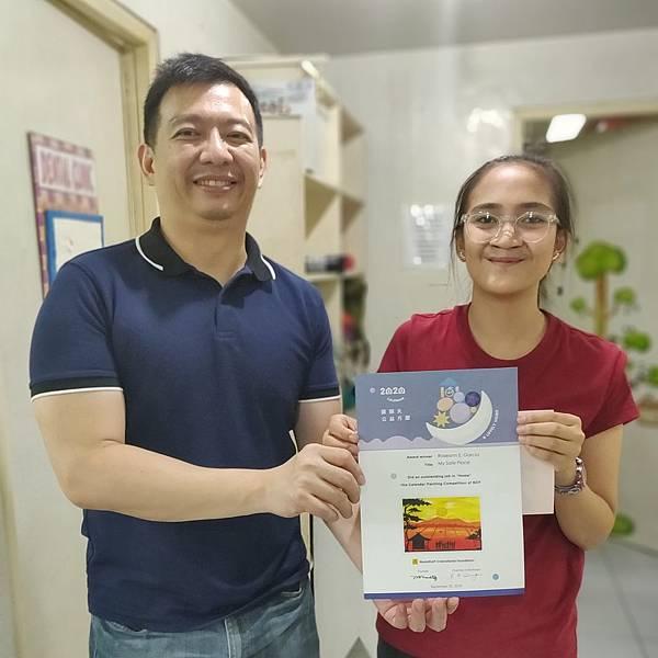 菲律賓分會Dr.Bernie(左)頒發獎狀給Roseann(右)