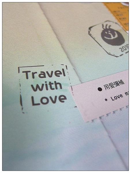 背板特寫Travel with Love