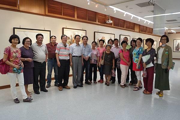 第六屆同學會返校召開,同時參觀藝術中心傅啟中水彩畫展並與陳欽忠主任合影