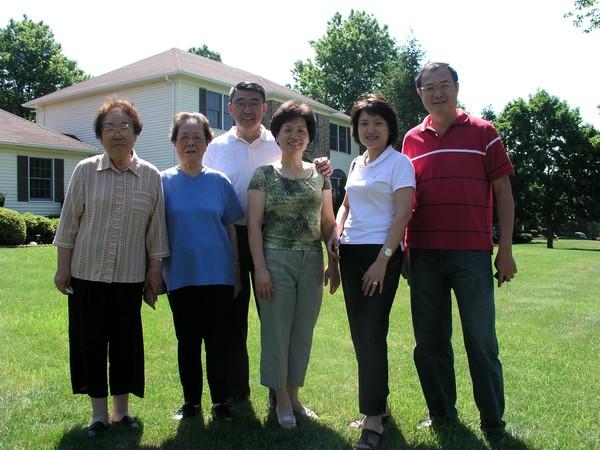 (Left-Right) 周伯母, 黃伯母, 孫筱鏞, 張慈君, 劉恩栗, 黃伯修 於我家門前, 黃伯修小兒子照的, 很棒吧, 他
