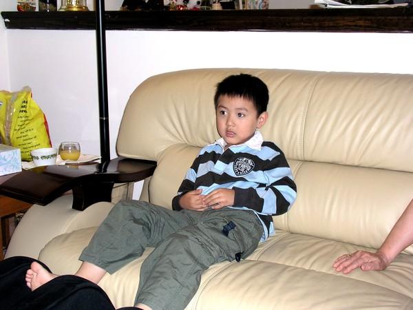 伯修小兒子在我爸媽家的沙發上
