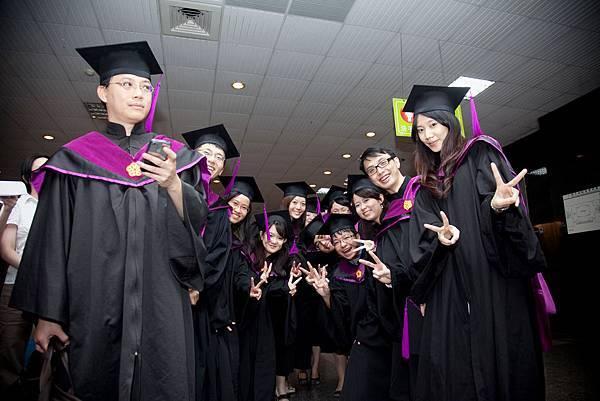 畢業生們排隊入場