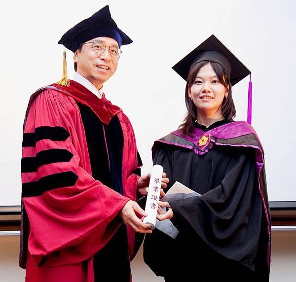 劉老師頒發畢業證書