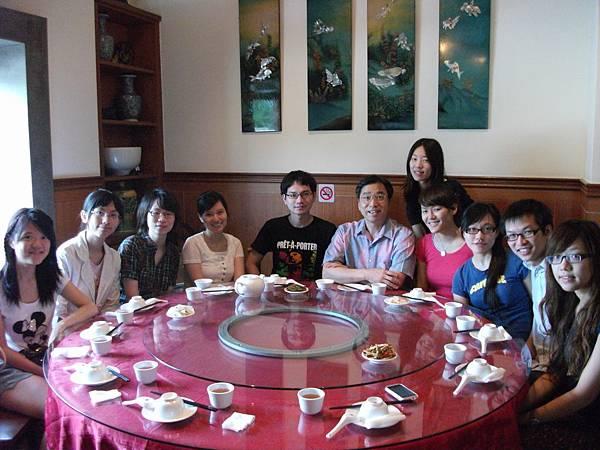 劉老師帶修課同學們在口試後用餐
