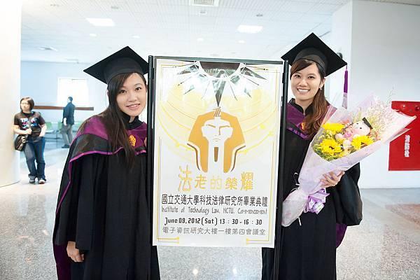 碩班畢業生代表與活動海報