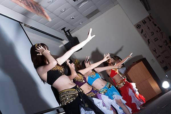 專業而動人的舞姿一點都不遜色於專業舞者呢!