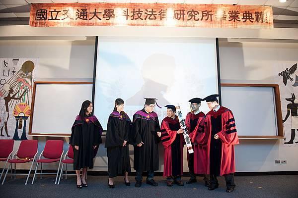 碩專博班畢業生代表接受畢業證書