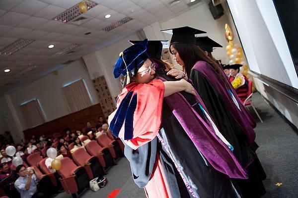 老師與畢業生的擁抱