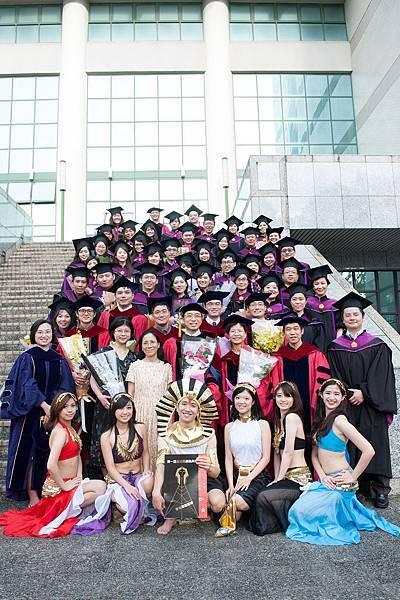 全體畢業生與老師、主持人和舞孃們的合影