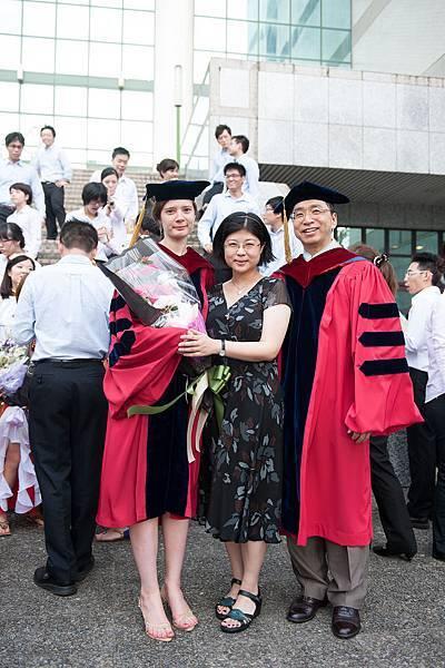 博班畢業生瑪麗娜與志潔老師、劉老師合照