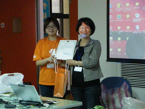 990410園藝治療工作坊-珮芝代表小松鼠志工隊頒發感謝狀給盛瑩老師
