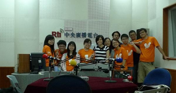 20100613 至中央廣播電台受訪-和主持人合影