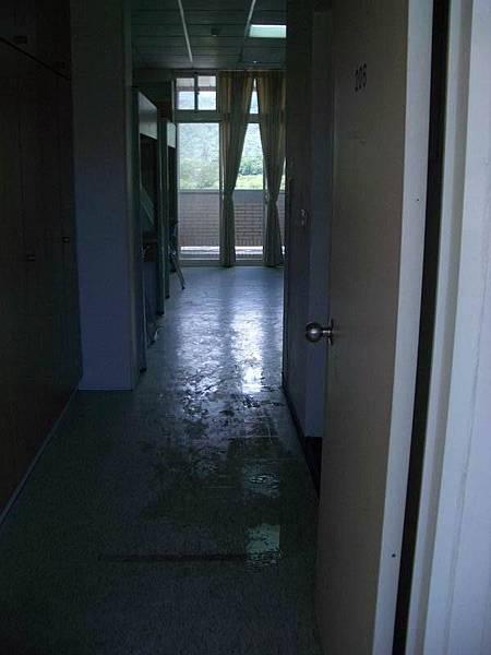 涵二房間從門外看進去