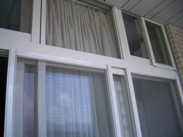 涵二陽台窗戶上方