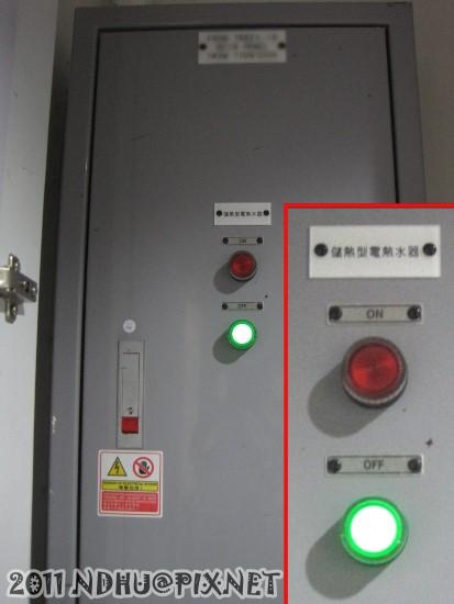 20111204_行雲二莊_藏在櫃子中的電箱上層(儲熱型電熱水器開關)