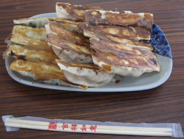 20110809_八方雲集鍋貼水餃專賣店東華店_鍋貼與竹筷