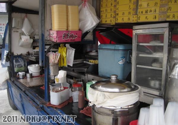 20111207_花蓮靈糧堂東華福音中心前午餐車_左方菜單及料理區