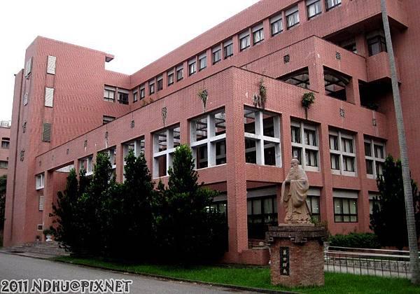20111008_國立東華大學美崙校區_圖書館與孔子像