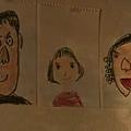 劇中的小孩為三位主角畫的畫像