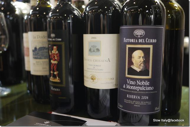 Fattoria del Cerro vino nobile di montepulciano riserva 06' 這款過去在好市多賣過的酒款,讓我回想到早上剛試飲過得castello di monsanto,稍嫌刺激感的酒體讓人感受到其年輕滋味,入鼻感覺如剛出茅廬的小鬼頭相當有衝勁,入口卻相當柔順,並有淡淡土壤系風味,蘊含櫻桃果香果不負其盛名~ 會推薦給尚未嘗過此品種的朋友