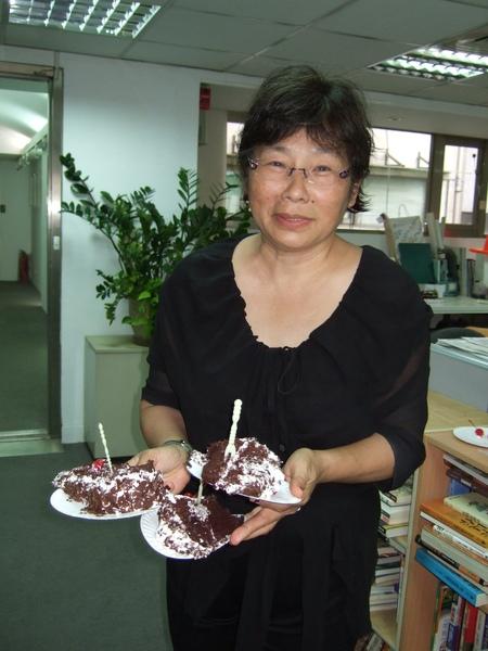 張桂越親自送蛋糕給出版社同仁