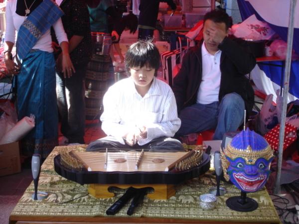 演奏泰國傳統樂器的小弟