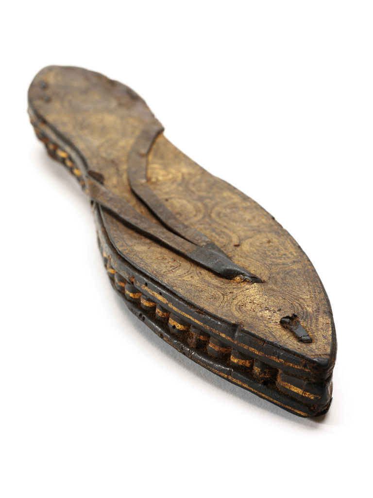 2._One_sandal_gilded_and_incised_leather_and_papyrus_Egypt_c30_BCE-300_CE__Victoria_and_Albert_Museum_London