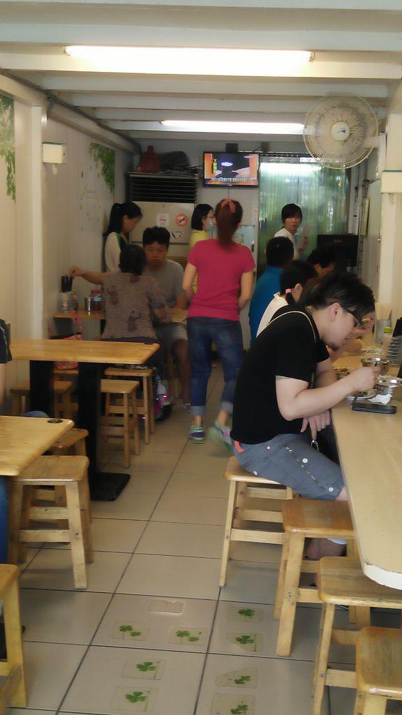 你看大家排排坐, 每人前面一盤炒飯