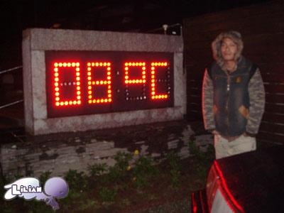 外面下小雨的天只有8度~冷冷冷!!