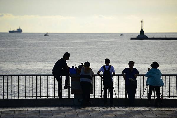 西子灣觀浪成為年輕觀光客的時髦行程.JPG