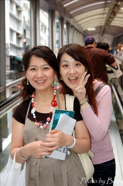 兩位美女合照,很開心喔~~