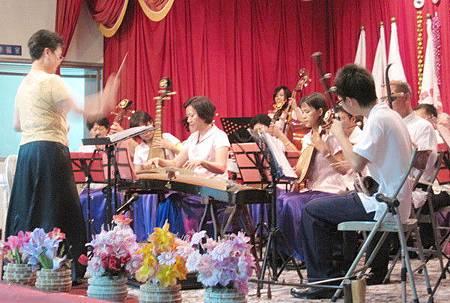 台上屏客八音樂團的輕柔響起,餘音纏繞在耳際