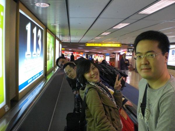 桃園機場登機前留影,我拍的人表情比他們還興奮!